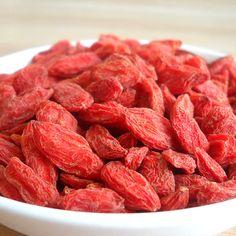 Le Goji provient du Lyciet, un arbuste originaire de l'Himalaya où ce petit fruit asiatique, aussi appelé 'baie de Goji', régale les yeux de son joli rouge quand il est frais. Après séchage, les baies deviennent plutôt oranger. C'est sous cette forme que l'on retrouve le Goji, par exemple dans le thé vert bio Sensation tropicale Nature & Confiture.