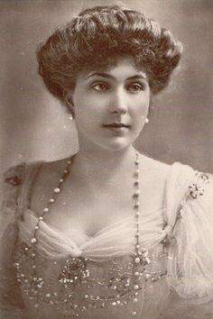 En 1905, la princesa asistió en el actual hôtel du Palais de Biarritz a una fiesta organizada por su tío, Eduardo VII, dada en honor de Alfonso XIII de España. El monarca español empezó a cortejar a la joven a pesar de la oposición existente ante un posible matrimonio.