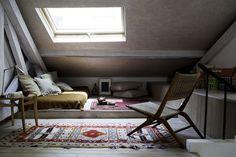 http://static.cotemaison.fr/medias_9047/w_540,c_limit/des-combles-de-30-m2-habitables-et-fonctionnels-2_4632216.jpg Attic Loft, Attic Rooms, Tiny Apartments, Tiny Spaces, Salons Cosy, Rural House, Modern Bedroom, Home Bedroom, Bedrooms