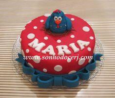 Bolo vermelho com nome e galinha pintadinha no topo
