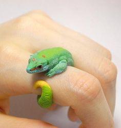 Eye-catching rings designed to look like animals will gently hug your finger. Realistic animal rings created by talented Japanese designer Jiro Miura.