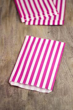 Sacchetti di carta a righe fucsia (15). €3,00, via Etsy.