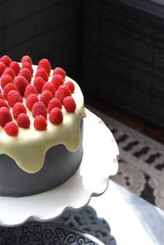 Tårtspecialisten - Recept: Lakrits- och hallontårta med vitchokladganaché