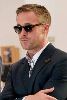 Ryan Gosling caused a stir with his Crazy Stupid Love sunglasses. Get the look and the gossip with Celebrity Sunglasses Spotter by SmartBuyGlasses. Ryan Gosling Frisur, Ryan Gosling Haircut, Estilo Ryan Gosling, Ryan Gosling Style, Looks Cool, Looks Style, Celebrity Hairstyles, Cool Hairstyles, Celebrity Faces