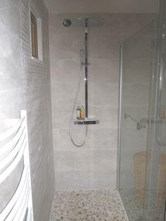 Salle de bain galets pierre naturelle beige douche for Idee douche a l italienne