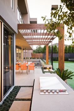 pergola feature over side courtyard?Modern Pergola Design Ideas, Pictures, Remodel, and Decor - page 4 Modern Pergola Designs, Modern Landscape Design, Modern Landscaping, Deck Design, Landscape Architecture, Architecture Design, Timber Pergola, Pergola Patio, Backyard