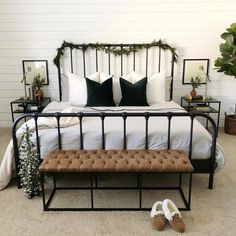 Room Ideas Bedroom, Bedroom Bed, Guest Bedrooms, Home Decor Bedroom, Black Bedroom Furniture, Bed Rooms, Guest Room Bedding Ideas, Industrial Bedroom Decor, Rooms To Go Bedroom