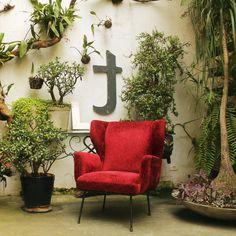 Poltrona em ferro e veludo vermelho por Martin Eisler, 1960, Brasil. | Armchair designed by Martin Eisler, 1960s, Brazil. #lojateo #martineisler #anos60 #1960s #midcenturydesign #designbrasileiro #braziliandesign #decoracao #decor #interiordesign #poltrona #armchair