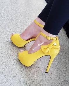 caf59397d5 ... sociais  WeekShoes  weekshoes  saltoalto  shoes  calçados   sapatosdesalto  sandálias  anabela  meiapata  amarelo  liquidação  chique   tendência  fashion ...