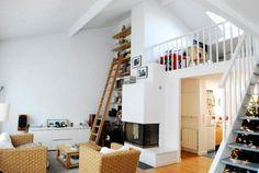 Chimenea, lectura y decoración sencilla en este loft de #Paris. Olivier y Gaël os dan la bienvenida a su casa para un intercambio