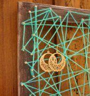 Un cadre et du fil transformés en porte-boucles d'oreilles - Cosmopolitan.fr