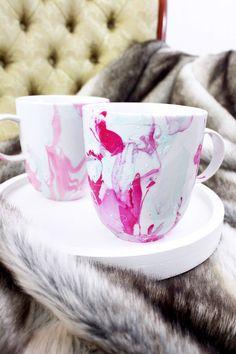 Tassen mit Nagellack marmorieren: Perfekt als kleines DIY Geschenk für Weihnachten!