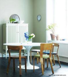 Fint matrum med vacker grön färg på väggarna. Kulören heter Lav 823 och kommer från Beckers.