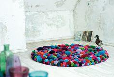 Wool pom pom rugs, different colors and sizes! Diy Pompon, Handmade Diary, Grape Kitchen Decor, Pom Pom Rug, Tapis Design, How To Make A Pom Pom, Design Blog, Design Moderne, Carpet Design