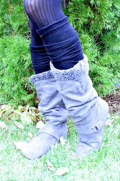 To make these DIY leg warmers out of old socks simply cut off the heel and and toe sections and voila! Green Living Tips, Eco Friendly Fashion, Diy Accessories, Diy Clothing, Needle And Thread, Animals For Kids, Step By Step Instructions, Leg Warmers, Diy Fashion