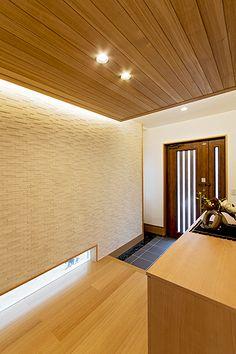 玄関ホールは足元からの採光で明るさを確保している。