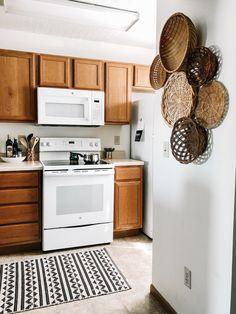 March Thrift Challenge: Spring Wall Basket Decor – Thrifted Home Decor Kitchen Baskets, Diy Kitchen Decor, Farmhouse Wall Decor, Baskets On Wall, Diy Wall Decor, Wall Basket, Kitchen Design, Bedroom Decor, Home Decor