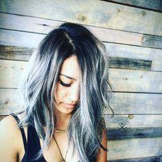 Un look sortie de plage avec un dégradé de gris dans les cheveux