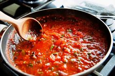 Who says a homemade pizza can't be a healthy dinner? Check out these tips on how to make a healthy homemade pizza for the entire family to enjoy. Easy Tomato Sauce, Homemade Tomato Sauce, Tomato Sauce Recipe, Batch Cooking, Cooking Recipes, Healthy Homemade Pizza, Marinara Recipe, Lidia Bastianich, Spaghetti