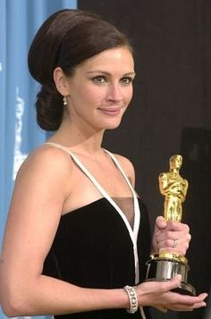 """Julia Roberts - Oscar winner for her work in the movie """"Erin Brockovich"""" Julia Roberts, Film Awards, Academy Awards, Hollywood Star, Classic Hollywood, Divas, Les Oscars, Oscar Hairstyles, Erin Brockovich"""