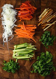 Get those veggies. Healthy Spring Rolls, Vegetarian Spring Rolls, Veggie Spring Rolls, Fresh Spring Rolls, Fresh Rolls, Summer Rolls, Vegan Recipes Easy, Whole Food Recipes, Vegetarian Recipes