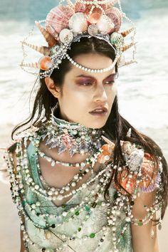 Trésor de la sirène - Shell Vintage OOAK, perle, dentelle, cristal, verre de mer et Bijou collier de déclaration.