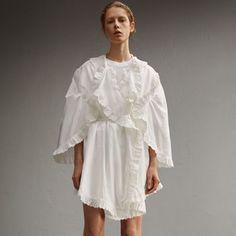영국 출신의 예술가 헨리 무어의 해체주의적 조각 작품에서 영감을 받은 색다른 디자인의 면 소재 드레스로 케이프를 연상시키는 소매와 독특한 비대칭 밑단이 돋보입니다. 이탈리아에서 직조된 브로드리 앙글레즈가 가장자리를 장식하는 각각의 둥근 패브릭이 어우러져 인상적인 실루엣을 연출하며, 자연스러운 드레이프와 조화를 이루는 여성스러운 주름 디테일이 특징입니다.