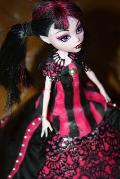 Gâteau poupée Monster High,  Draculaura en robe de soirée. La recette en image  http://manieredepatissiere.blogspot.fr/2015/03/gateau-poupee-monster-high-draculaura.html