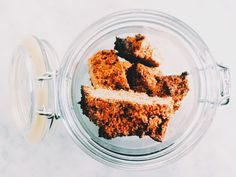 Zelfgemaakte muesli repen -130 gram havervlokken – 60 gram gemengde, ongebrande, ongezouten noten en zaden (lijnzaad, zonnebloempitten, sesamzaad, chiazaad…) – 75 gram ontpitte dadels – 2 theelepels geraspte schil van een biologische citroen – 1 eetlepel kaneel – 70 gram honing – 2 eetlepels water – 2 eetlepels olie  - Doe de haver, noten, zaden, dadels, citroenschil en kaneel in een blender en hak tot een grove substantie. – Verwarm de honing in microgolf tot deze heel vloeibaar is doe dan…