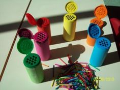 dubbele functie: kleurkennis en fijne motoriek. Gekleurde tandenstokers in kruidenpotjes