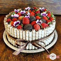 Mais uma encomenda entregue! Bolo de Brigadeiro com morangos decorado com canudinhos de wafer. Esse bolo é mesmo um charme! Faça sua encomenda pelo WhatsApp (31)99296-8449 #soldoces #bonitoegostoso #querocomer #bolodebrigadeiro #bolodechocolate #cake #lovecake #bolo