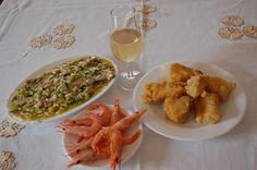La #gastronomía típica del Viernes Santo en #Montilla se fundamenta sobre todo en platos como el bacalao frito, los boquerones en vinagre, la ensaladilla rusa o de pimientos asados, las gambas...y por supuesto, todo ello acompañado de nuestro magnífico fino