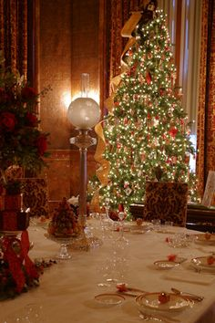 The Breakfast Room inside Biltmore House, decorated for the Christmas holiday season 2014 Christmas Scenes, All Things Christmas, Christmas Home, Christmas Staircase, Cosy Christmas, Christmas Recipes, Christmas Ideas, Merry Christmas, Christmas Tablescapes