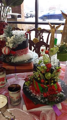 Festive hats made from coffee cams and cardboard plate. What fun to decorate! Christmas Booth, Prim Christmas, Christmas Scenes, Christmas Paper, Christmas Wreaths, Christmas Ornaments, Christmas Coffee, Christmas Party Centerpieces, Christmas Arrangements