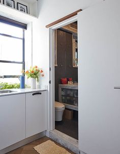 The itty-bitty digs, dubbed LifeEdited measures just 350 square feet but manages to seat 10 for dinner, host two guests and have space for a home office. Studio Apartments, Studio Apartment Bed, New York Apartments, Micro Apartment, New York City Apartment, Studio Apartment Decorating, Apartments For Sale, Interior Decorating, Interior Design