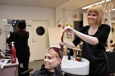 Parturi-kampaaja suunnittelee ja tekee asiakkaille erilaisia hiusten ja parran hoito-, muotoilu- ja värikäsittelyjä.