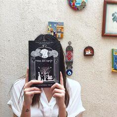#CatrinasRecomiendan: La Casa del Espejo por #VanessaTait la cual relata un año de la amistad entre la pequeña Alice Liddle y Lewis Carroll (Así es ESA Alice del país de las maravillas) a través de los ojos de su institutriz Mary Pricket una mujer severa pero con emociones turbulentas. Por encima de lo excitante o no de la trama el valor de este libro está en la interesante labor de investigación de la autora quien aprovechando ser la bisnieta de Alice Liddle pudo recaudar diarios personales…
