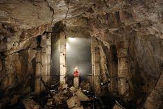 Aven grotte de la cave de Vitalis (Causse du Larzac, Aveyron) - L'entrée a été utilisée comme cave à fromage. Actuellement, il n'en subsiste plus que des piliers branlants (Avril 2008, Nikon D3) (S 2008-0713)