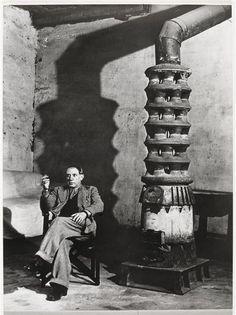 Picasso au poêle, atelier des Grands-Augustins, 1939 | Brassaï