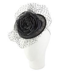 Tocado negro con una rosa. Cabeza maniquí fondo blanco.