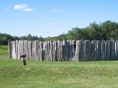 """Representación de Fort Necessity.  Tras el """"Incidente Jumonville"""", los franceses reunieron una fuerza de unos 1000 hombres entre soldados franceses y aliados nativos y se lanzaron en persecución de las milicias virginianas.   Viéndose en peligro, el joven Washington ordenó a sus hombres levantar una empalizada para defenderse.  Asediados y sin refuerzos, los virginianos se rindieron, declararon su culpabilidad en la muerte de Jumonville y renegaron de los derechos ingleses sobre el Ohio."""