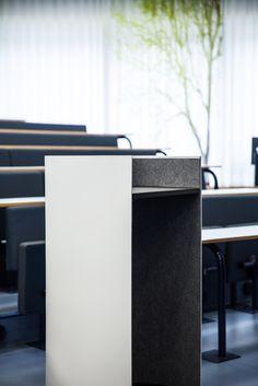 Impact lectern, rostrum and podium in massive glacier white Corian®, linoleum table top and acoustic felt at the inside. Talerstol og pult i massivt Corian®, linoleum plade og akustisk filt på indersiden.