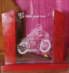 #Trophée en verre# gravé sur demande pour un cadeau# d'anniversaire original et unique Artisanal, Neon Signs, Unique, Glass Awards, Glass Etching