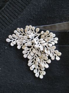 "motleycraft-o-rama: ""By Fujita Miho. fujita miho/crochet grappe More emilhamil: "" Hi guys, so this is the way I make roses using the bullion knot. Hopefully if you are trying this you have an understanding of the bullion knot because it will help Crochet Brooch, Freeform Crochet, Crochet Art, Crochet Motif, Crochet Doilies, Crochet Earrings, Crochet Flower Patterns, Crochet Designs, Crochet Flowers"