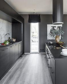 Tummaan keittiöön tuo raikkautta koko seinän korkuinen ikkuna, josta luonnonvaloa virtaa tilaan. #designtalo #keittiö Koti, Interiors, Cooking, Kitchen, Design, Home Decor, Decoration Home, Room Decor, Kitchens