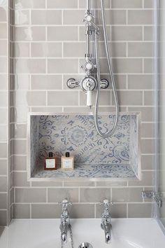 półeczka wyłożona płytkami dekoracyjnymi jak przy umywalce