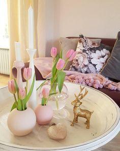 Simple Chic! Nordisch schlicht und super schön. Die Vase Ball im simplen skandinavischen Design fügt sich perfekt in jedes Scandi Interior ein. Kombiniert mit ein paar frischen Blumen und wunderschönen Wohn-Accessoires, fertig ist die perfekte Dekoration für dein Scandi Home. We like! // Ideen Styling Skandinavisch Wohnzimmer Vase Blumen Schale Kerze Kissen Sofa Decke #WohnzimmerIdeen #Skandinavisch @villatraum_nr_12