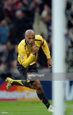 Arsenal's Frenchman Thierry Henry celebrates after his goal during their Champions League's between Real Madrid and Arsenal, at the Santiago Bernabeu stadium in Madrid, 21 February Arsenal Fc, Arsenal Football, World Football, Sport Football, Football Players Photos, Thierry Henry Arsenal, Champions League Football, Football Quotes, Lionel Messi