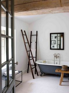 Lielisks veids kā pievienot vintage pieskārienu Jūsu vannas istabas interjeram: mazliet restaurējiet kādas vecas kāpnes un izmantojiet tās kā praktisku dekoru – piemēram, variet uz tām pakarināt dvieļus.