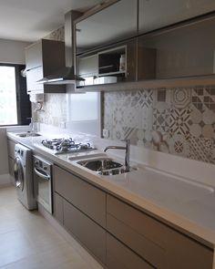 """Cozinha compacta em mdf fendi, @silestonebycosentino e cerâmica retro @portobello_sa #instmood #follow #tagsforlikes #instadaily #instagood #instadecor…"""